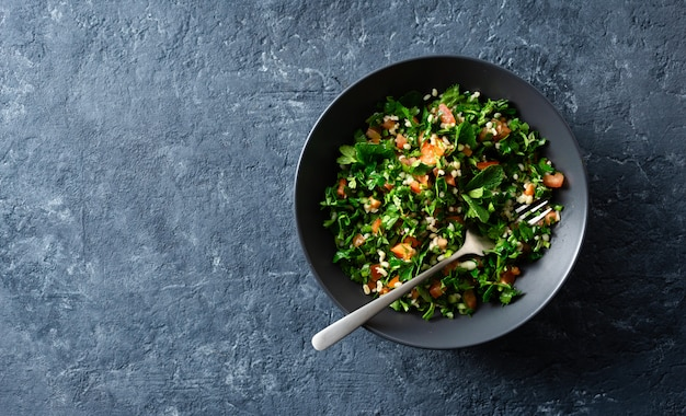 Draufsicht-kopienraum der gesunden sommer tabule salatschüssel