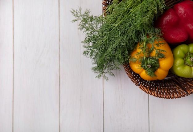 Draufsicht kopieren raum-paprika mit dill im korb auf weißem hintergrund