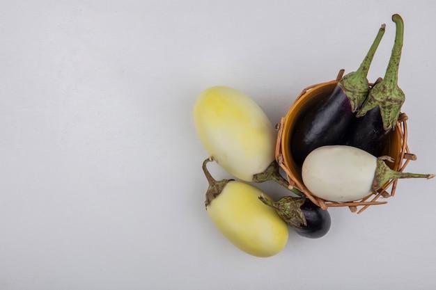 Draufsicht kopieren raum weiße und schwarze aubergine im korb auf weißem hintergrund