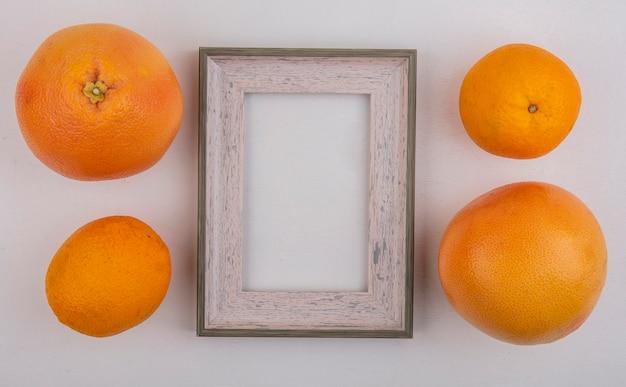 Draufsicht kopieren raumorangen mit grapefruit und grauem rahmen auf grauem hintergrund