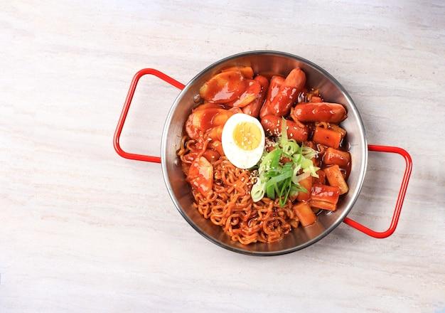 Draufsicht koreanische instant-nudeln und tteokbokki in koreanischer scharfer roter sauce rabokki ramen topokki
