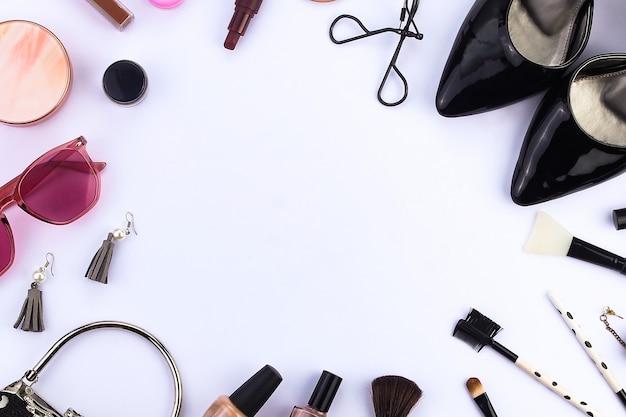 Draufsicht kreisförmiges damen make-up und accessoires ansicht von oben
