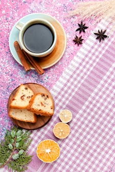 Draufsicht-kuchenscheiben mit kaffee und zitrone auf rosa oberflächenkuchen backen süßen kekszucker-farbkuchenplätzchen