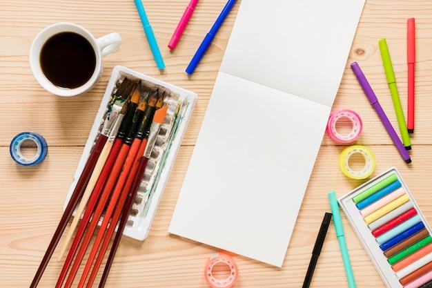 Draufsicht künstlerwerkzeuge auf schreibtisch