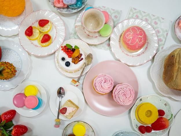 Draufsicht künstliches dessert oder falsches essen mit verschiedenen desserts als cupcake-makronen-kuchen-donut