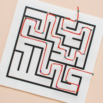 Draufsicht labyrinth auf papier mit faden