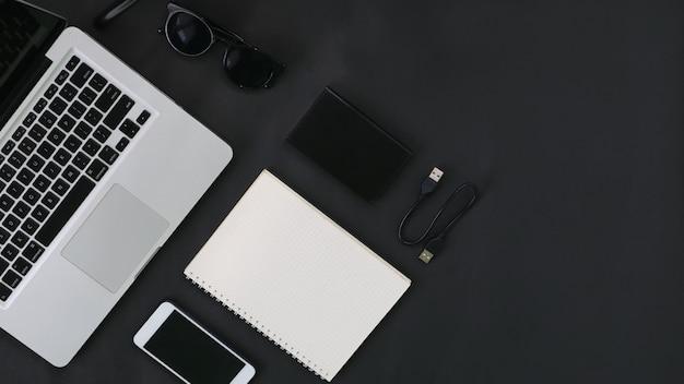 Draufsicht laptop festplatte smartphone brille notebook auf dunklem hintergrund