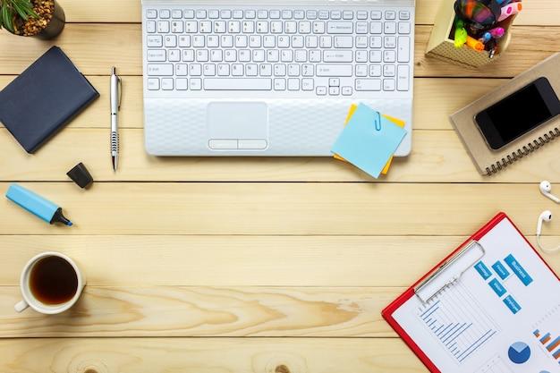 Draufsicht laptop notebook, bleistift, schwarzer kaffee, papier, stationär, kopfhörer, baum auf büro schreibtisch hintergrund.