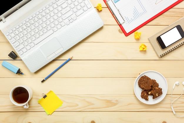 Draufsicht laptop notebook, bleistift, schwarzer kaffee, papier, stationär, kopfhörer, cookies auf büro schreibtisch hintergrund.