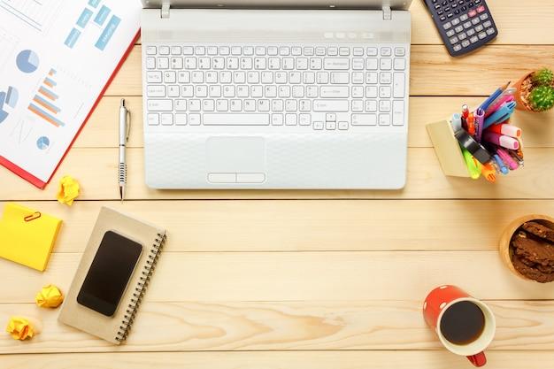 Draufsicht laptop notebook, bleistift, schwarzer kaffee, papier, stationär, taschenrechner, cookies auf büro schreibtisch hintergrund.