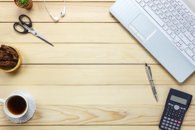 Draufsicht laptop, stift, schwarzer kaffee, taschenrechner, stationär, kopfhörer, cookies auf büro schreibtisch hintergrund.