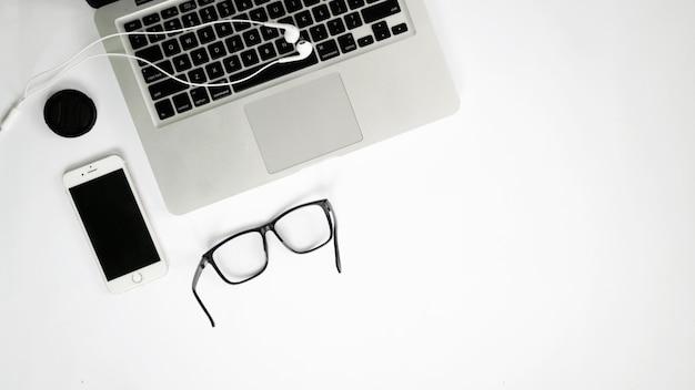 Draufsicht laptop und smartphone mit weißem hintergrund back