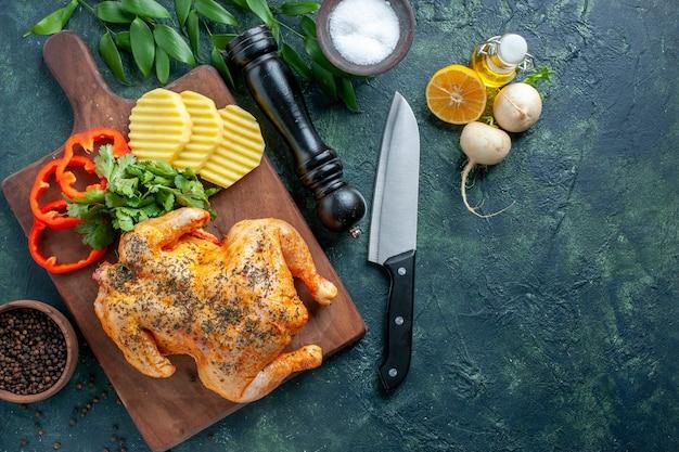 Draufsicht lecker gekochtes hühnchen gewürzt mit kartoffeln auf dunklem hintergrund fleischfarbe gericht mahlzeit abendessen essen restaurant grill