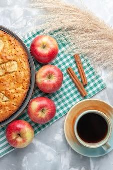 Draufsicht leckere apfelkuchen süß gebacken in pfanne mit tee auf weißem schreibtisch