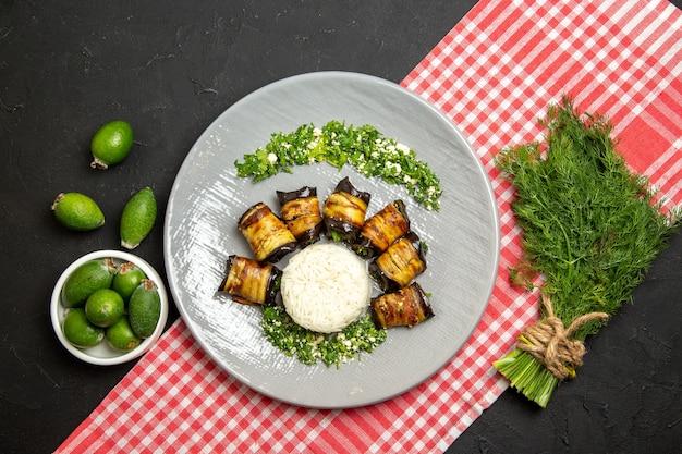 Draufsicht leckere auberginenröllchen gekochte mahlzeit mit reis auf schwarz