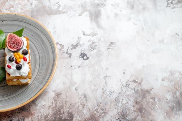 Draufsicht leckere cremige kuchen mit frischen früchten auf hellem hintergrund
