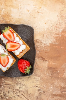 Draufsicht leckere cremige kuchen mit früchten auf hellem hintergrund