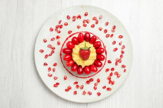 Draufsicht leckere cremige torte mit hartriegeln auf weißem schreibtisch