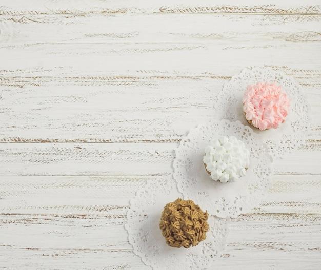 Draufsicht leckere cupcakes diagonale auf deckchen