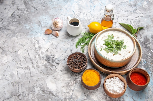 Draufsicht leckere dovga-joghurtsuppe mit gemüse auf weißer tischmilchsuppe molkerei