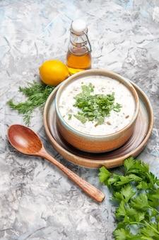 Draufsicht leckere dovga-joghurtsuppe mit grüns auf dem weißen suppenteller milchmolkerei