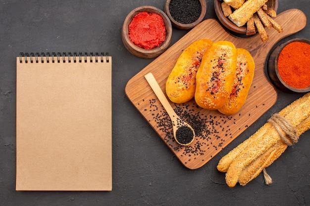 Draufsicht leckere fleischpastetchen gebackenes gebäck mit gewürzen auf grauem hintergrund pastetenteiggebäck backen mahlzeit