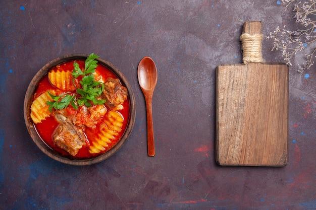 Draufsicht leckere fleischsauce suppe mit gemüse und geschnittenen kartoffeln auf schwarz