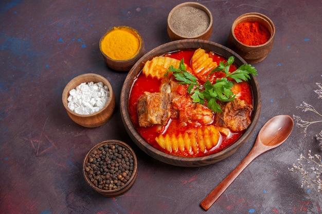 Draufsicht leckere fleischsauce suppe mit gewürzen auf schwarz