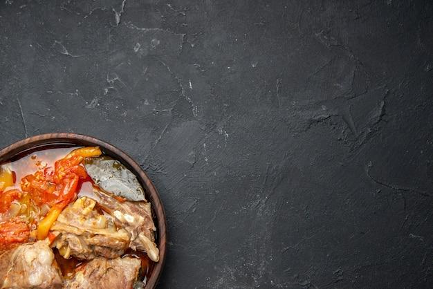 Draufsicht leckere fleischsuppe mit gemüse auf dunkler soße mahlzeit gericht warmes essen fleisch farbfoto abendessen