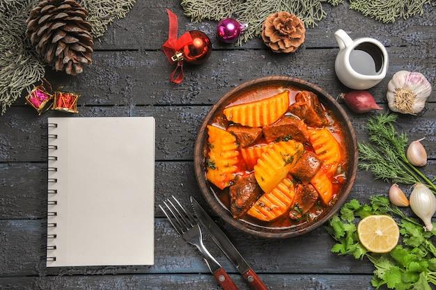 Draufsicht leckere fleischsuppe mit gemüse und kartoffeln auf einem dunklen schreibtisch