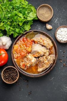 Draufsicht leckere fleischsuppe mit grüns auf dunklem fleisch farbfoto graue soße mahlzeit warmes essen kartoffel abendessen gericht