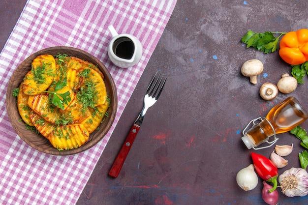 Draufsicht leckere gekochte kartoffeln leckeres gericht mit grüns auf der dunklen oberfläche kartoffel abendessen gericht kochen mahlzeit
