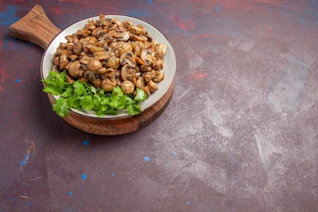 Draufsicht leckere gekochte pilze mit grüns im dunkeln
