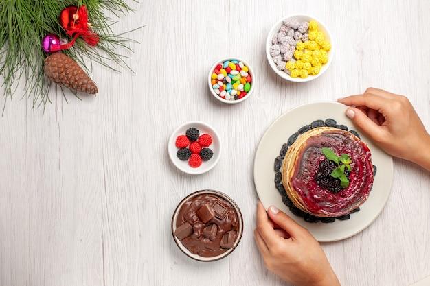 Draufsicht leckere gelee-pfannkuchen mit bonbons auf weiß