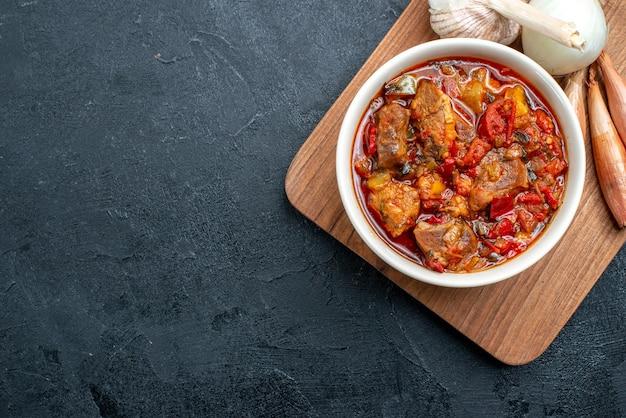Draufsicht leckere gemüsesuppe mit fleisch auf dunkelgrau