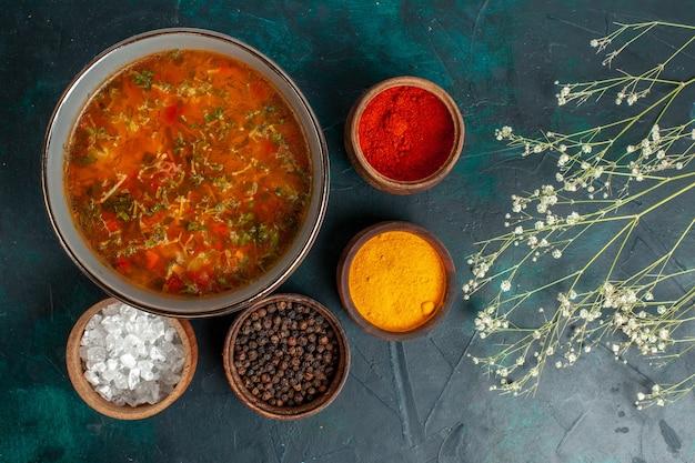 Draufsicht leckere gemüsesuppe mit verschiedenen gewürzen auf grüner oberfläche lebensmittel gemüse zutaten suppe produkt mahlzeit