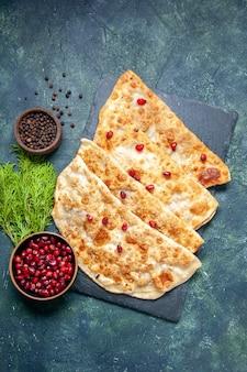 Draufsicht leckere gutabs dünne heiße kuchen mit fleisch und granatäpfeln auf dunklem hintergrund gebäck torte kuchen farbe teig ofenmahlzeit