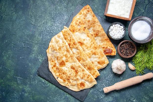 Draufsicht leckere gutabs dünne hotcakes mit pfeffer und salz auf dunkler hintergrundfarbe hotcake mahlzeit ofenkuchen gebäck kuchen