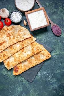 Draufsicht leckere gutabs dünne hotcakes mit tomaten auf dunkler hintergrundfarbe hotcake teig mahlzeit ofen torte gebäck kuchen