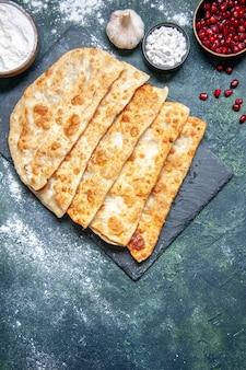 Draufsicht leckere gutabs dünne leckere heiße kuchen mit fleisch auf dunklem hintergrund gebäck backen torte kuchen farbe teig ofenmahlzeit