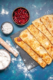 Draufsicht leckere gutabs dünne leckere hotcakes mit fleisch auf blauem hintergrund gebäck backen ofenkuchen kuchen essen mahlzeit hotcake farbe