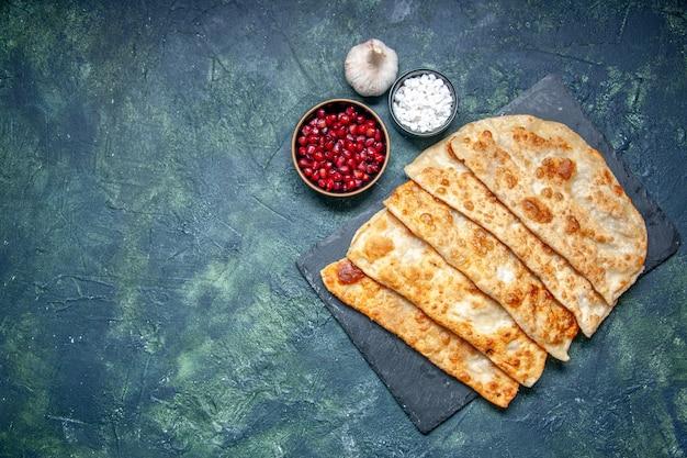 Draufsicht leckere gutabs dünne leckere hotcakes mit fleisch auf dunklem hintergrund gebäck backen kuchenkuchen mahlzeit farbe teig ofen