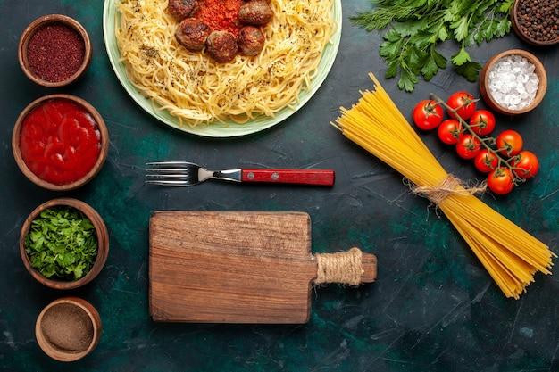 Draufsicht leckere italienische nudeln mit fleischbällchen und gewürzen auf dem dunkelblauen hintergrund