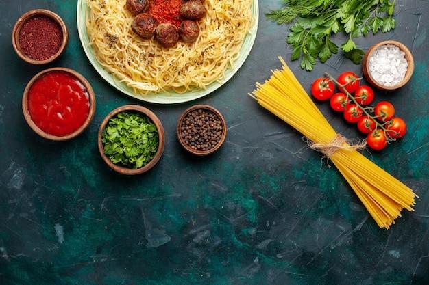 Draufsicht leckere italienische nudeln mit fleischbällchen und verschiedenen gewürzen auf dem dunkelblauen hintergrund