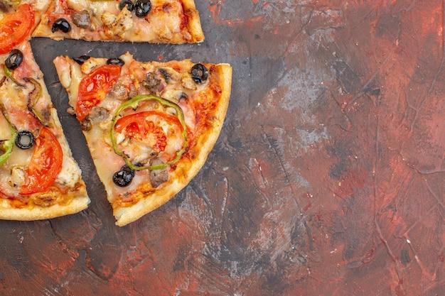 Draufsicht leckere käsepizza in scheiben geschnitten und auf dunkelbrauner oberfläche serviert Premium Fotos
