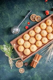 Draufsicht leckere kekse in holzkiste auf dunkelblauem hintergrund zuckerkeks-keks-torte farbe süßer nuss-tee-kuchen
