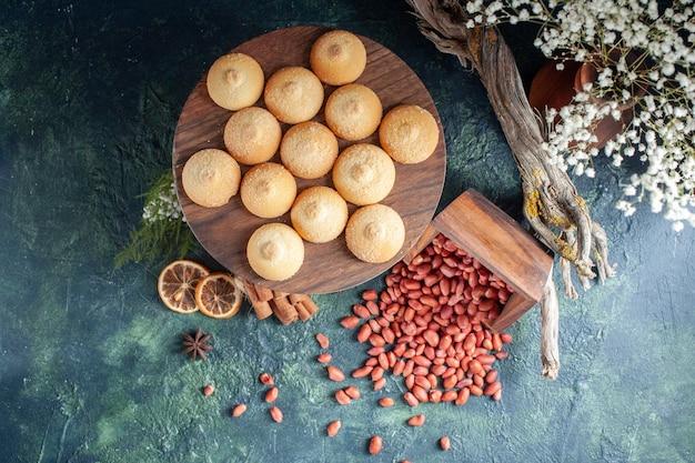 Draufsicht leckere kekse mit erdnüssen auf dunkelblauem hintergrund cookie keks süße kuchen kuchen zuckerfarben