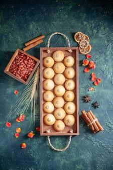 Draufsicht leckere kekse mit erdnüssen auf dunklem hintergrund zuckerkeks keks pie nuss tee kuchen farbe süß