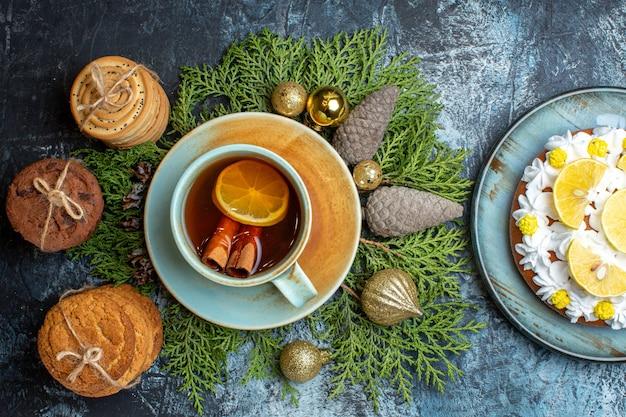 Draufsicht leckere kekse mit tasse tee und kuchen