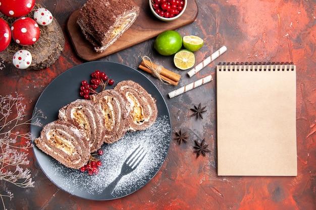 Draufsicht leckere keksrollen auf dunklem schreibtisch